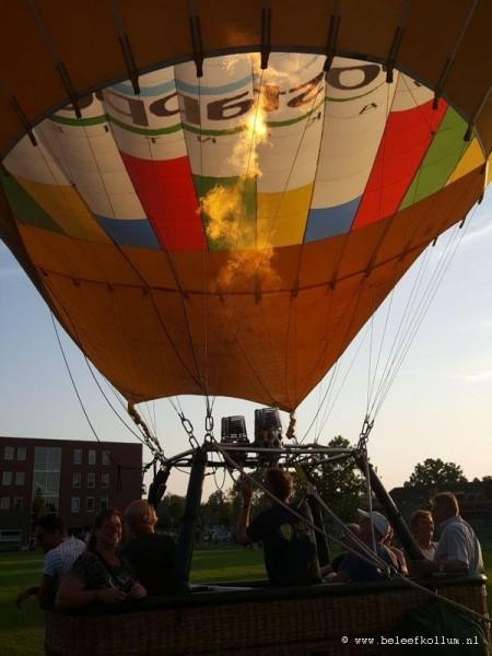 Luchtballon stijgt op vanaf Kollum